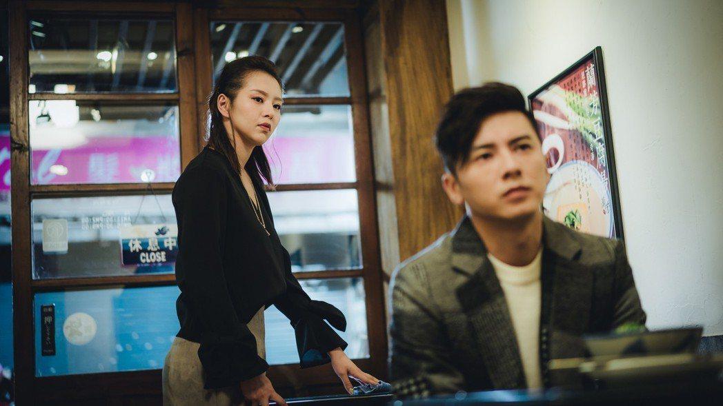 劉品言(左)劇中常一句話點醒李國毅。圖/歐銻銻娛樂提供