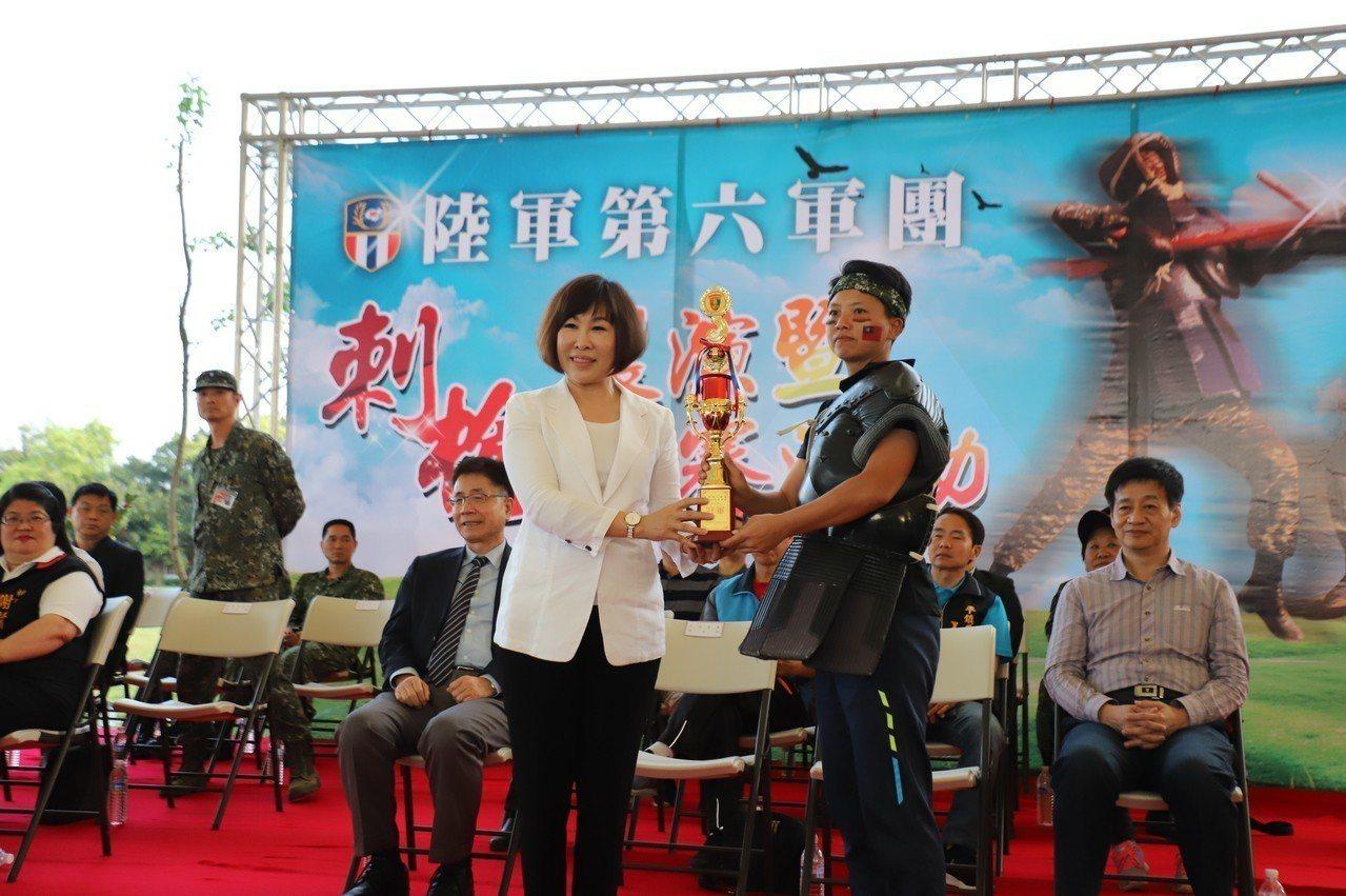 立法委員呂玉玲(左)頒發女子組冠軍獎盃予上士劉晨鈴(右)。圖/第六軍團提供