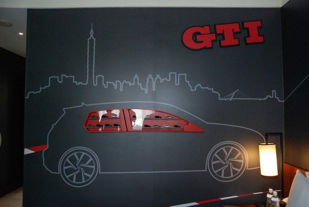 GTI 性能房中還具有一面 1:70的展示模型,在黑、紅雙色為主的房色設計下,能...