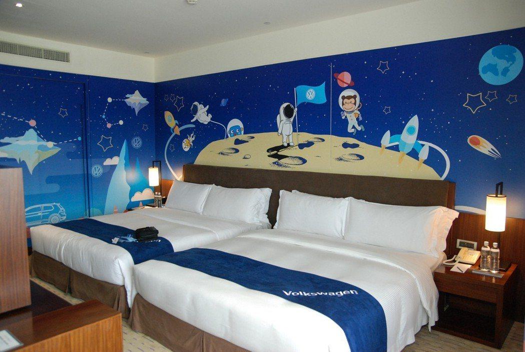 童趣房約19坪大小,並具有太空場景彩繪牆面、汽車造型沙發、雲朵燈等逗趣傢俱。 記...