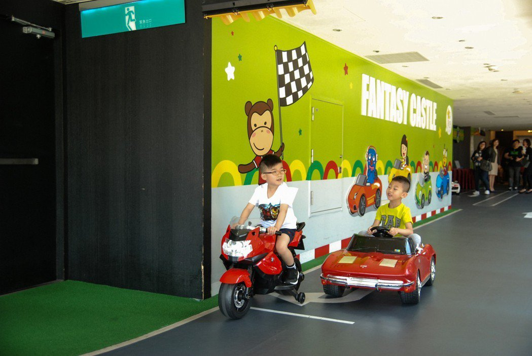 樓層中也設置紅綠燈、停止線等號誌標誌,透過寓教於樂培養小朋友的交通觀念。 記者林...