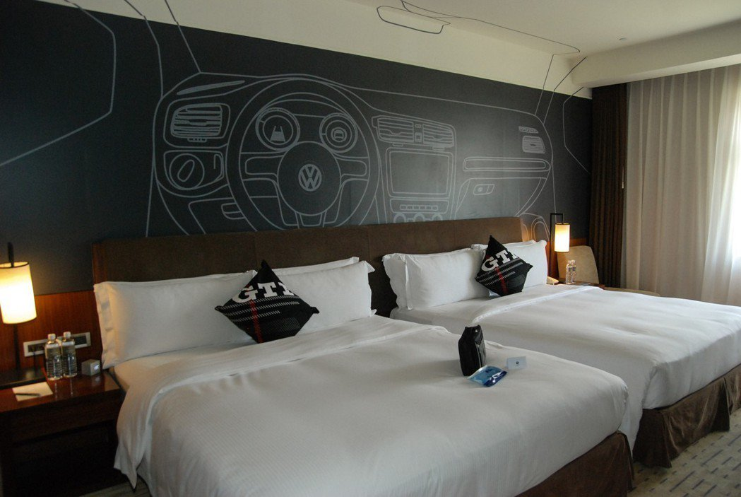 以性能鋼砲 GTI 為設計的性能房,牆面便以 GTI 內裝彩繪為主。 記者林鼎智...