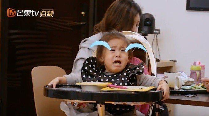 咘咘被賈靜雯轉為背對爸媽,難過大哭。圖/截圖自youtube