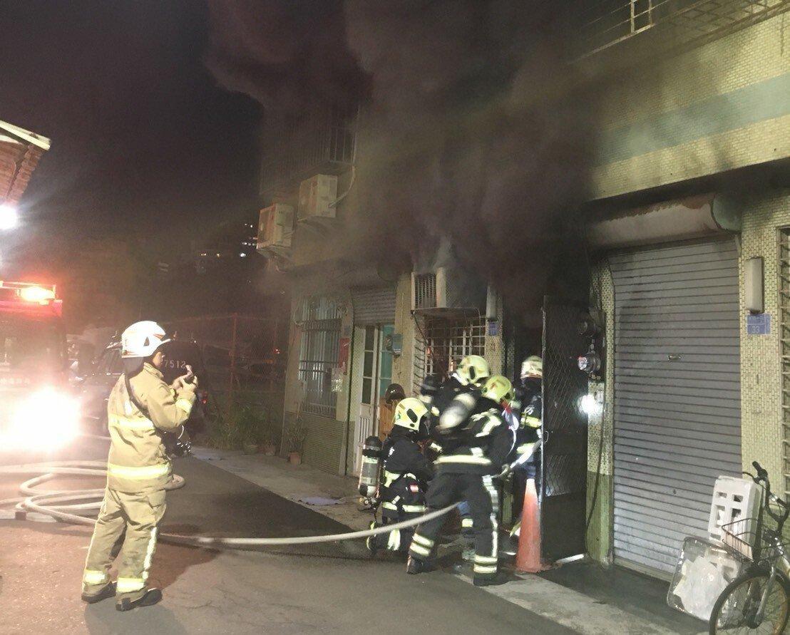 消防隊員急攻入火場搶滅火勢。記者林保光/翻攝