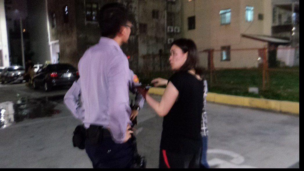 蒙古女留學生驚慌逃出,向警方說屋內起火情形。記者林保光/攝影