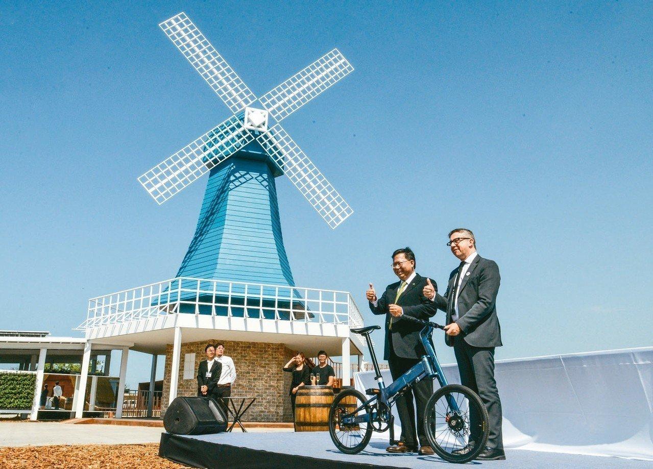 桃園市長鄭文燦(右二)與法國格勒諾布爾阿爾卑斯大都會區主席法拉利(右一),在風車...