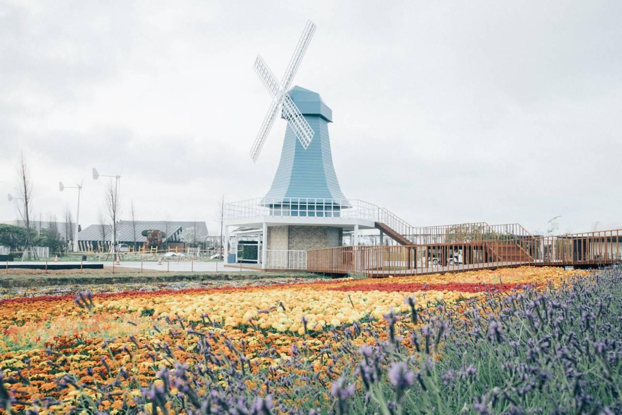 桃園農博國際友好展區啟用,美麗的風車花海也散播綠能、循環經濟產業和高科技發展趨勢...