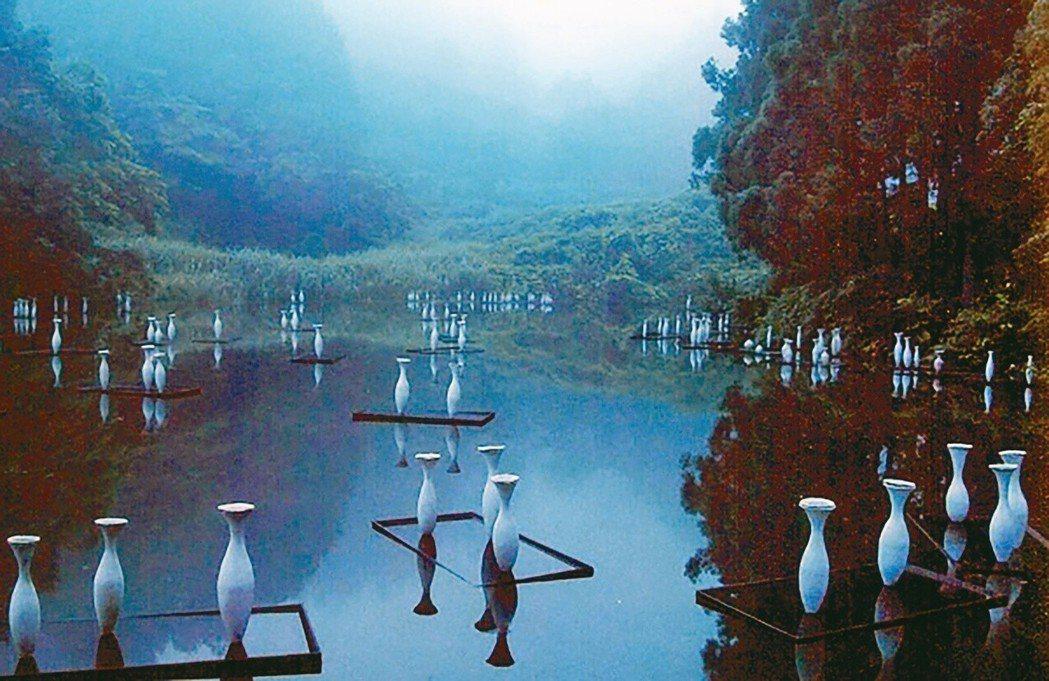 參展藝術家的作品與大自然融為一體。