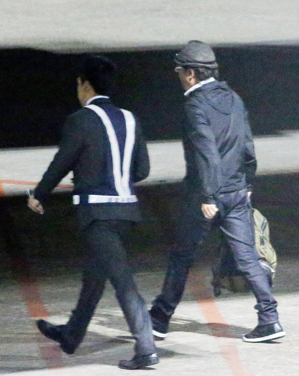 藝人孫鵬(右)與狄鶯夫婦搭乘長榮航空公司班機前往美國紐約,再轉往賓州處理兒子孫安...