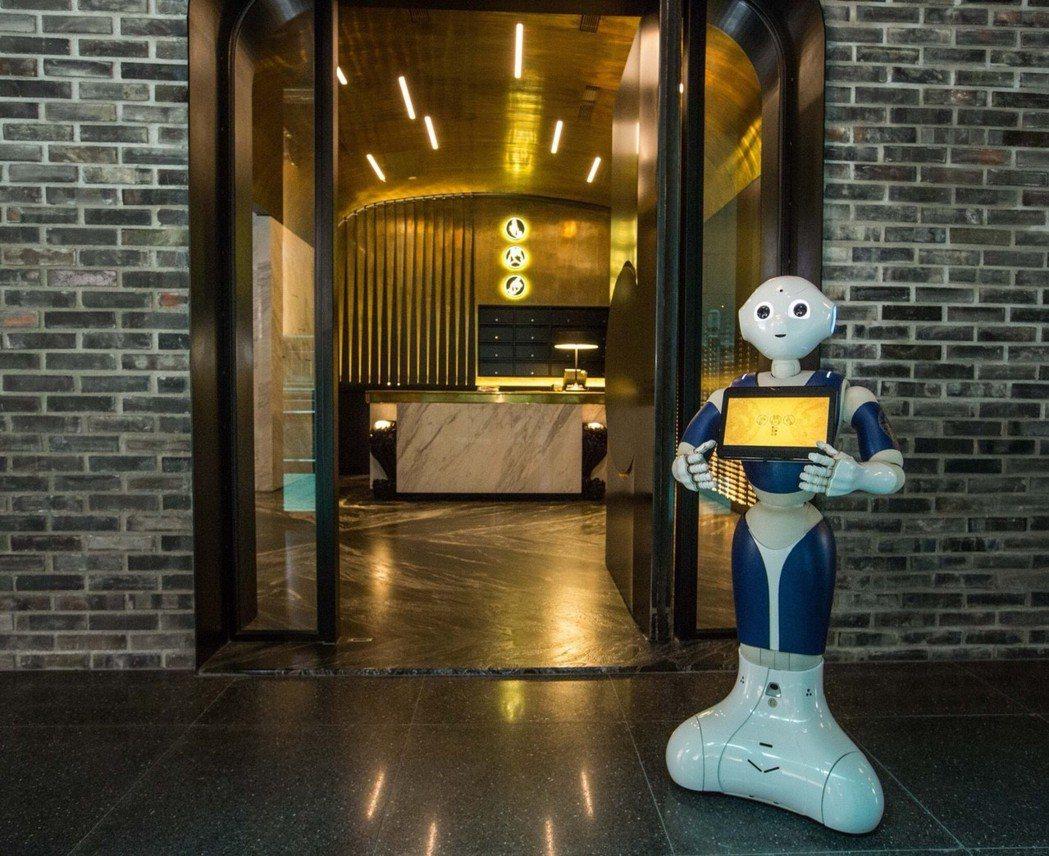 大門口PEPPER機器人與旅客互動並引介大樓環境,是最佳的迎賓大使。 記者蔡維斌...