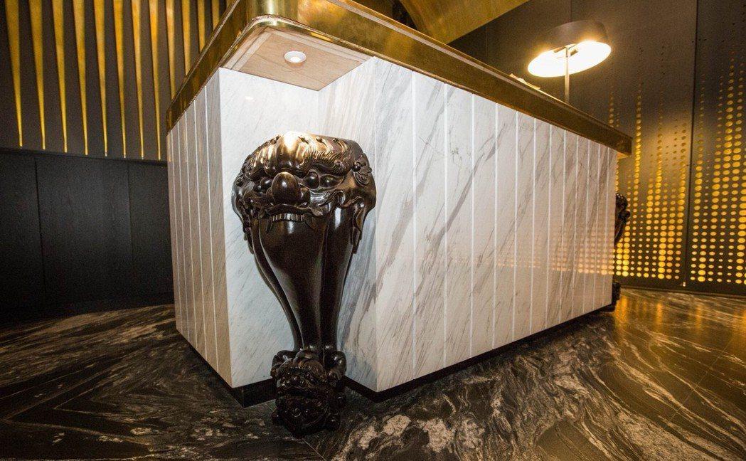 服務櫃檯也使用武德宮舊神桌的桌腳,霸氣豪邁。 記者蔡維斌/攝影