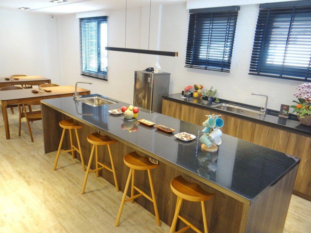 優雅潔淨採光極佳的共用廚房,可讓香客享用美食。 記者蔡維斌/攝影