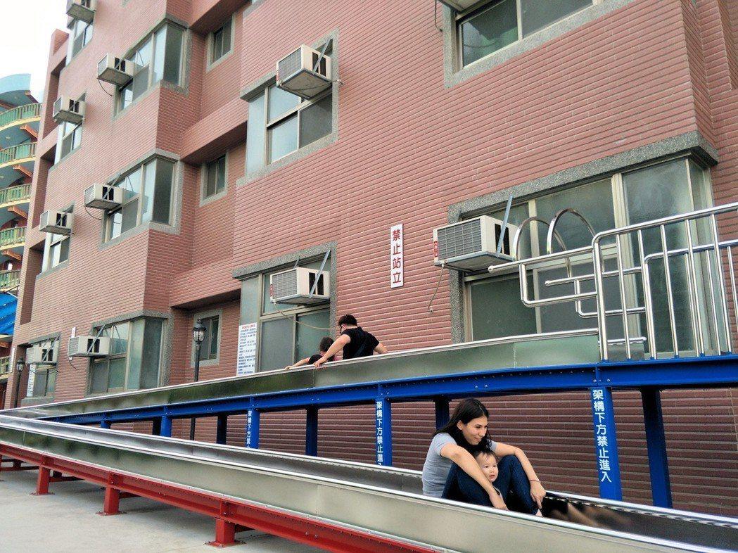 麻豆代天府南香客大樓門外就有長條溜滑梯供玩耍,多了話題。 記者謝進盛/攝影