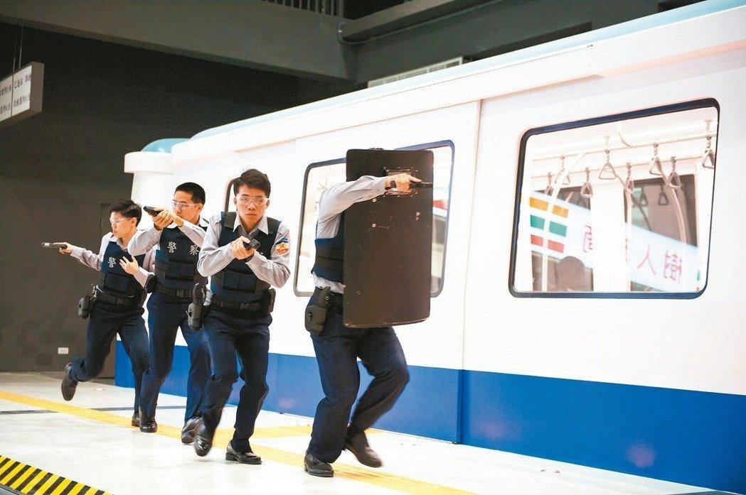 警大射擊館內模擬捷運發生歹徒攻擊事件、圍捕射擊訓練。 圖/警察大學提供