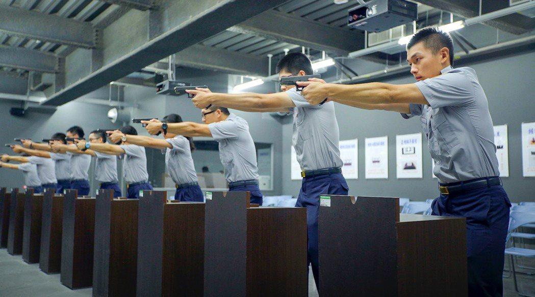 警大射擊館內模擬射擊訓練。 圖/警察大學提供