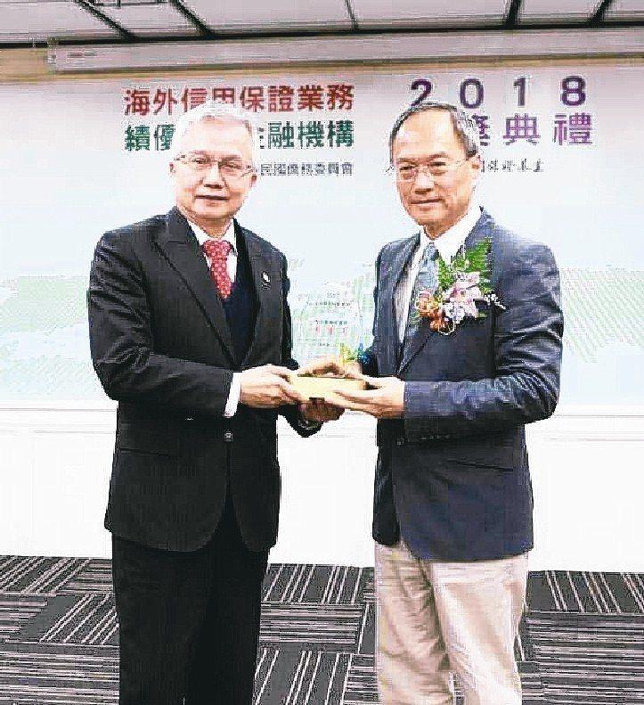上海商銀榮獲106年度總送保融資金額特優獎,由該行總經理陳善忠(左)代表領獎。 ...