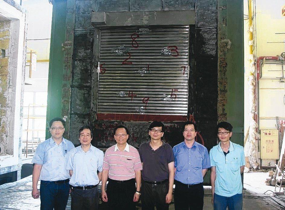長岡機電公司總經理蔡振中(左三)、特助蔡天貴(左一)與技術團隊合影。 長岡機電/...