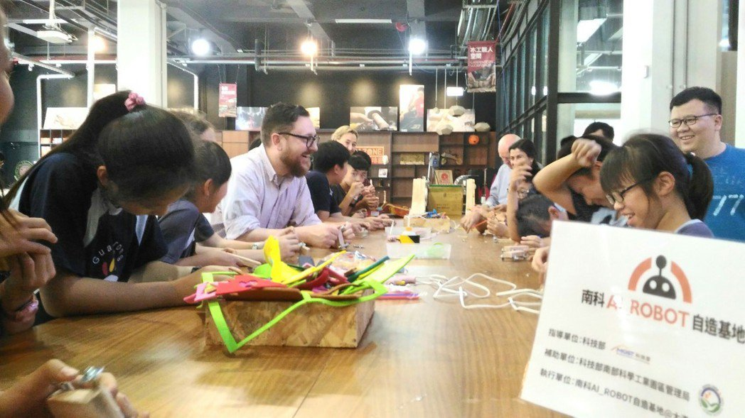 Techshop Global新事業發展部總監Andy Leer與小朋友一起動手...