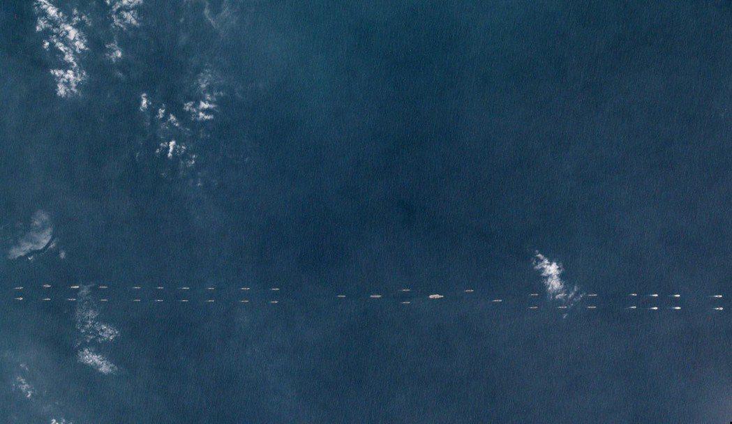 路透根據衛星畫面報導,中國本周出動至少40艘海軍艦艇與遼寧號航空母艦,在海南島外...