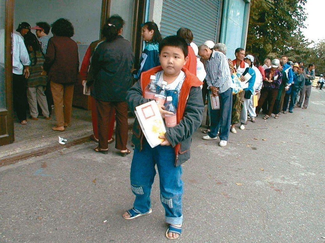 2001年底,民眾為買米酒大排長龍。 圖/聯合報系資料照片