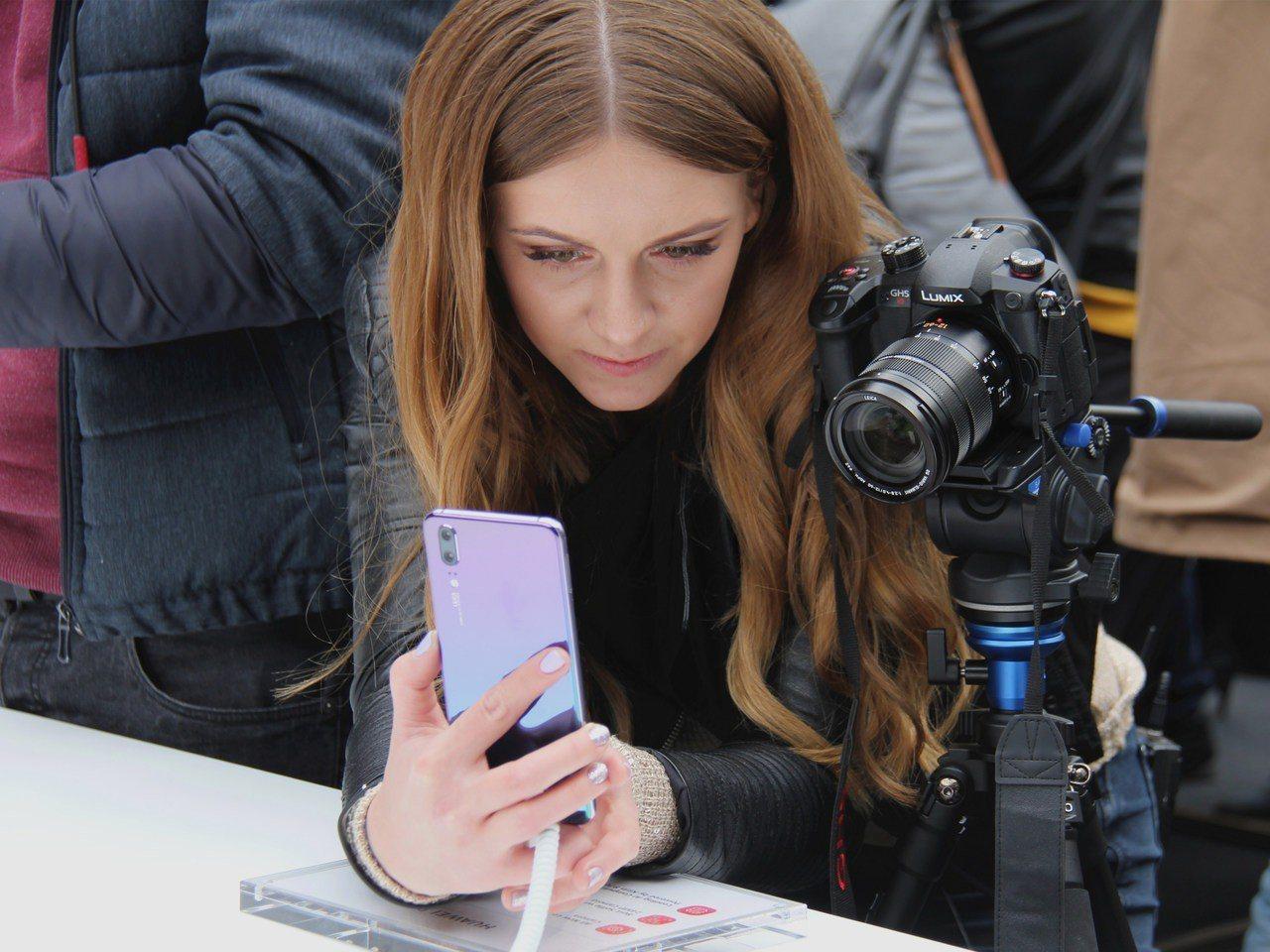 華為27日在法國巴黎正式發佈新品P20系列手機。 新華社