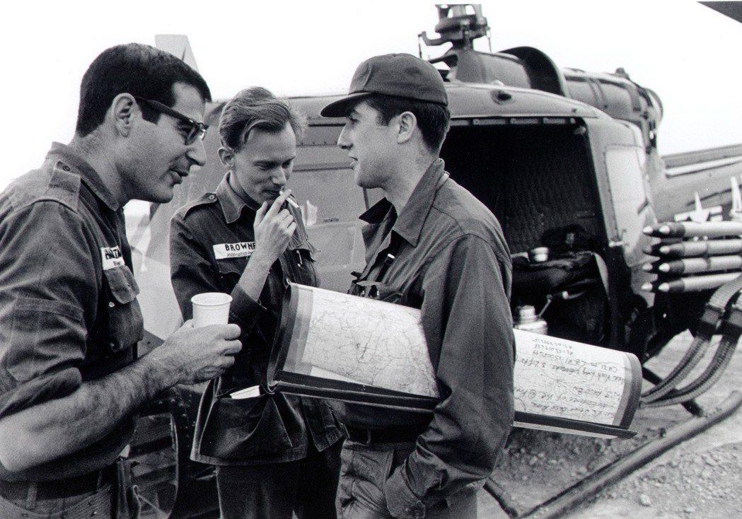越戰的三大名記者,在越南前線的合影:《紐約時報》的大衛.哈伯斯坦(左)、《美聯社...
