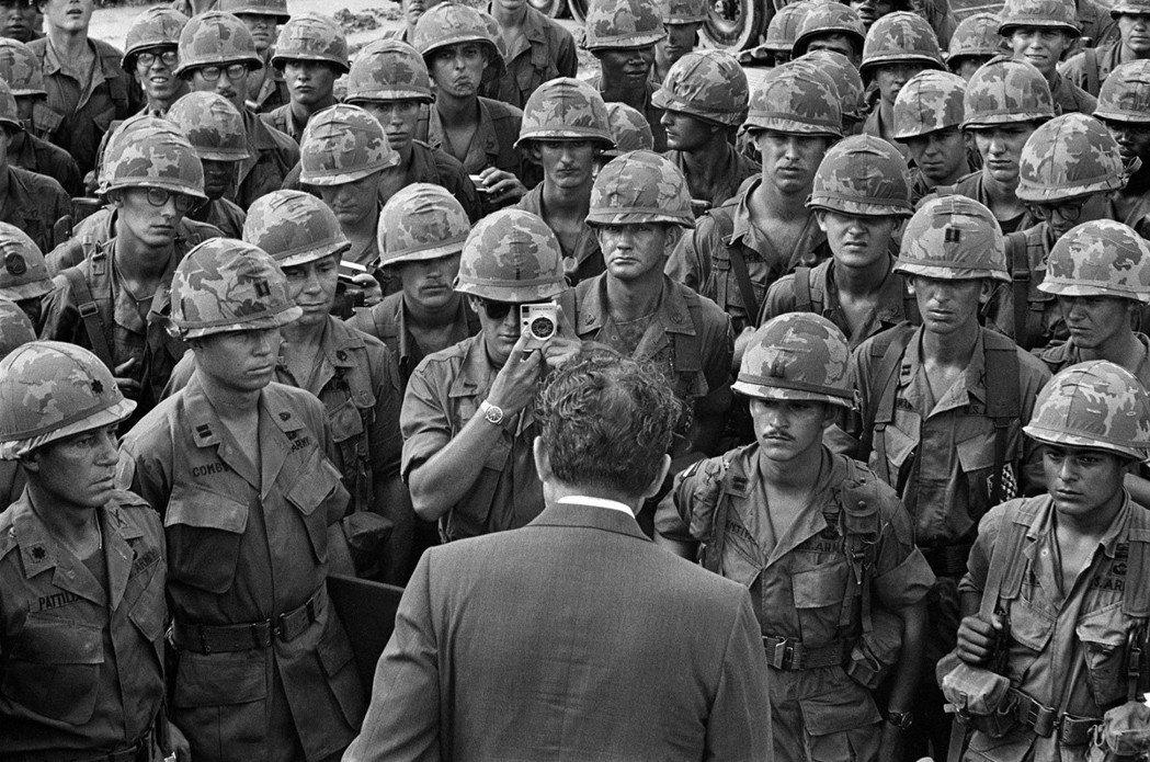 五角大廈文件的研究結束在1968年3月、尼克森接任總統職務前,對尼克森政權而言,...