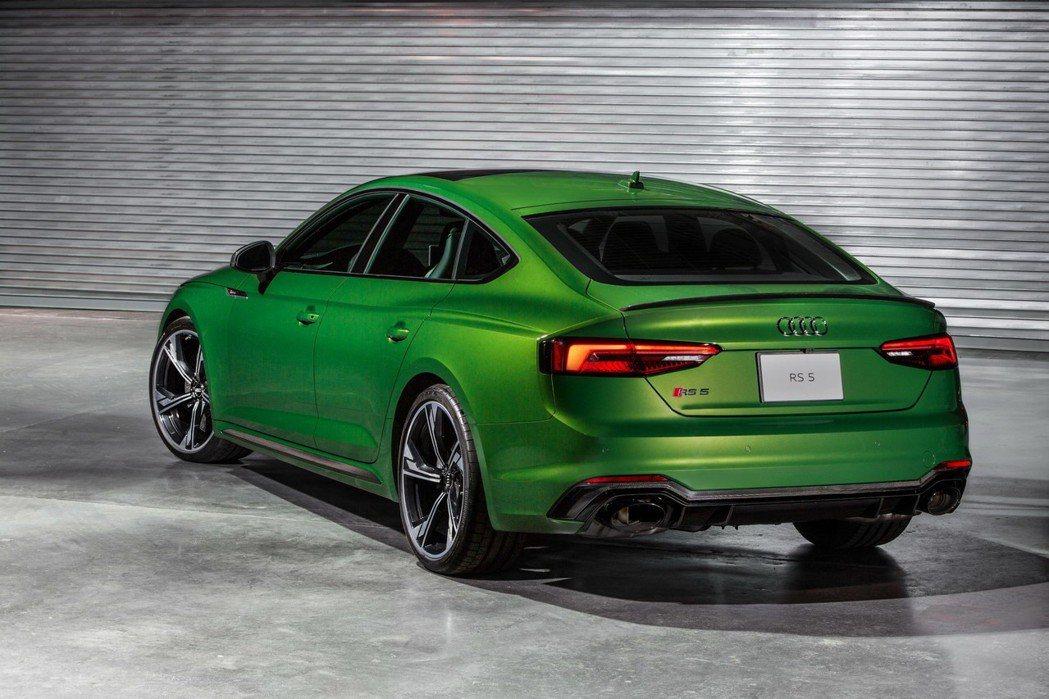 超大口徑的排氣尾管與下擾流板。 摘自Audi