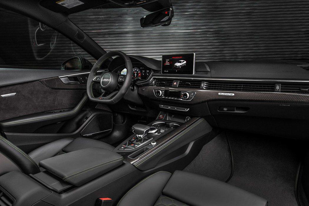 內裝與Coupe無異,唯獨少了紅色縫線點綴。 摘自Audi