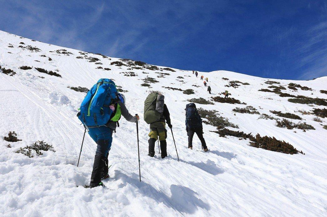 這是台灣,雪山圈谷,不管在哪,雪地攀登一定要穿著正確裝備,否則輕則撤退重則求援 圖/作者自攝