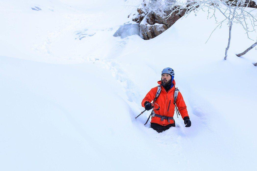 在溫帶國家的雪地,雪深常常及膝甚至及腰,所以下半身,尤其常常埋在雪裡的腳部保暖也非常重要。 圖/作者自攝