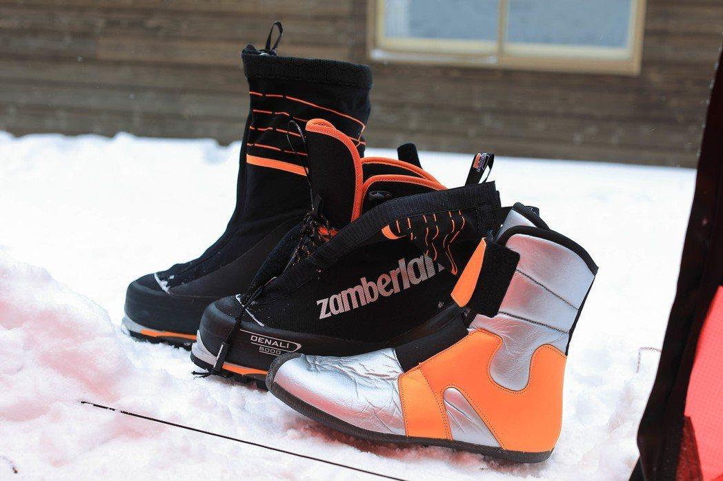 這就是「雙重靴」,圖中只有「一雙鞋」,黑色包覆層是防止雪灌入的設計,而銀色那雙則是從外靴裡取出的內靴,非常保暖。雪地攀登必須謹慎選擇正確的鞋子,這點比什麼都重要。 圖/作者自攝