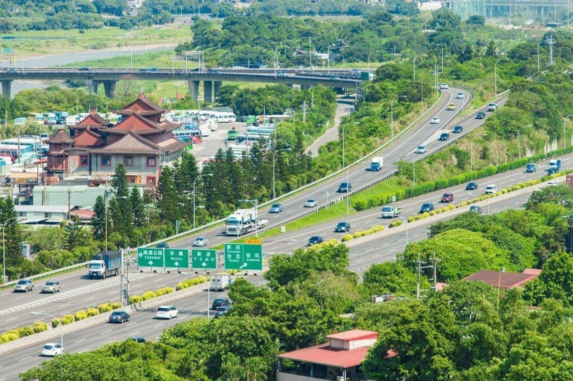 新店新都心區域內設有國道三號安坑交流道,便捷南北往來 圖/合陽天擎 提供