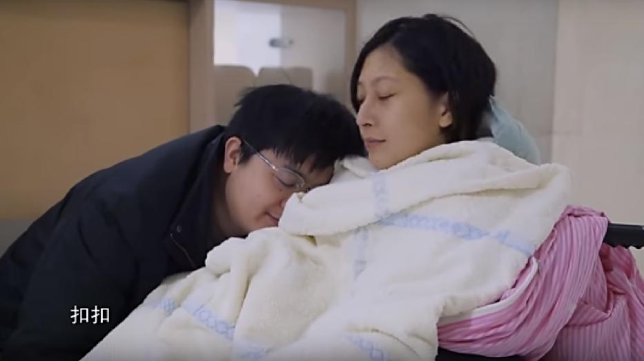 張麗君(右)與丈夫。取自YouTube