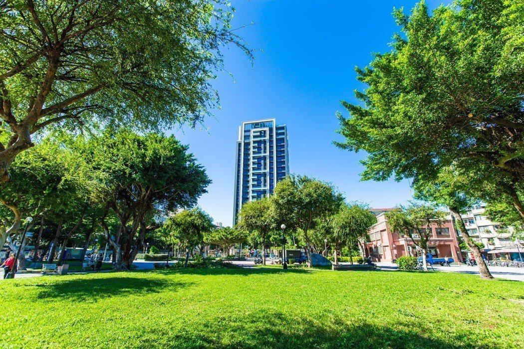 【長虹天馥】緊鄰三重大同公園,自然永久綠意盡收眼底。 業者/提供。