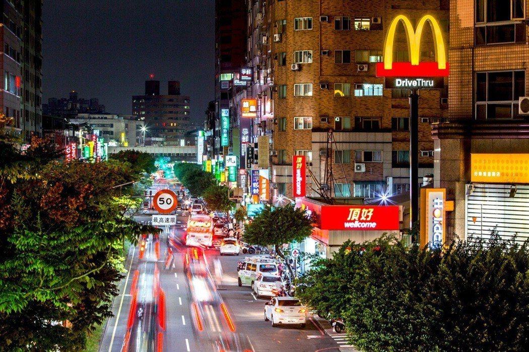 重陽路熱鬧商圈應有盡有,滿足日常生活機能。 業者/提供。