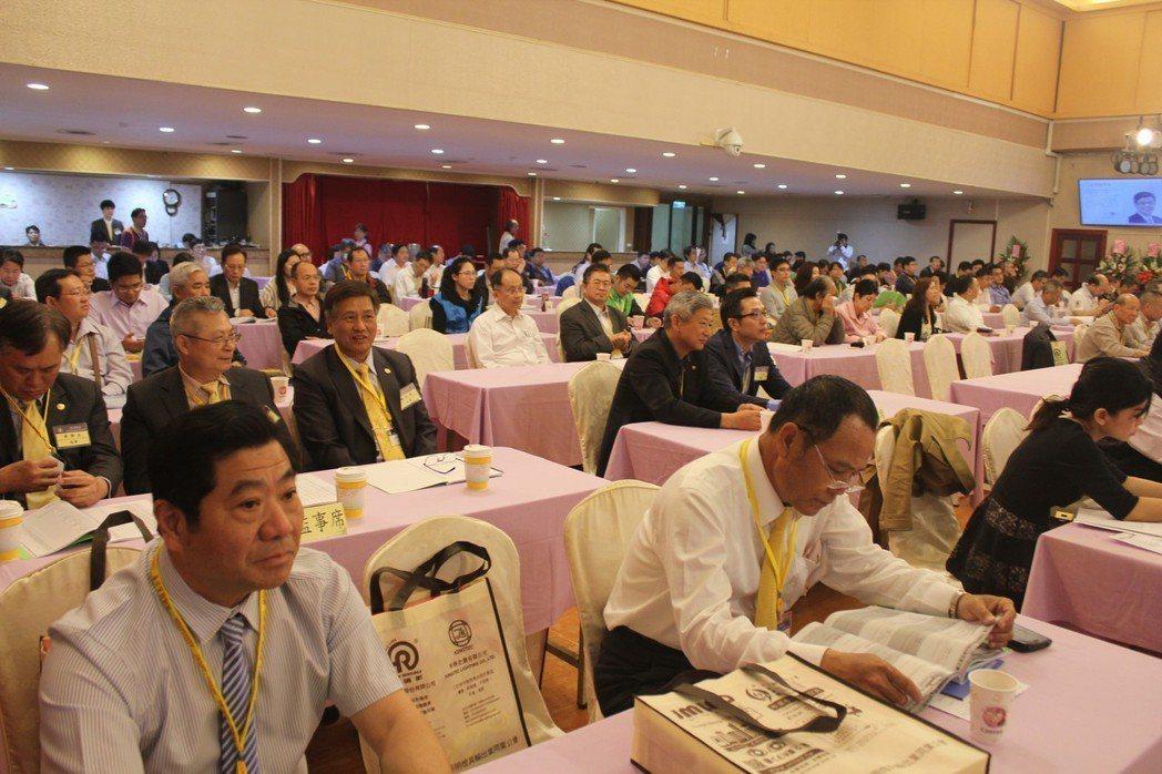 照明公會會員大會並舉辦專題演講,吸引眾多會員參與。 李憶伶/攝影。