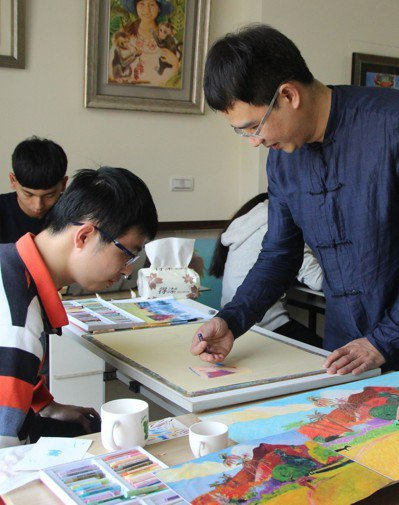 李鐸經營日光畫室,教導「馨生人」畫圖。 記者林敬家/攝影