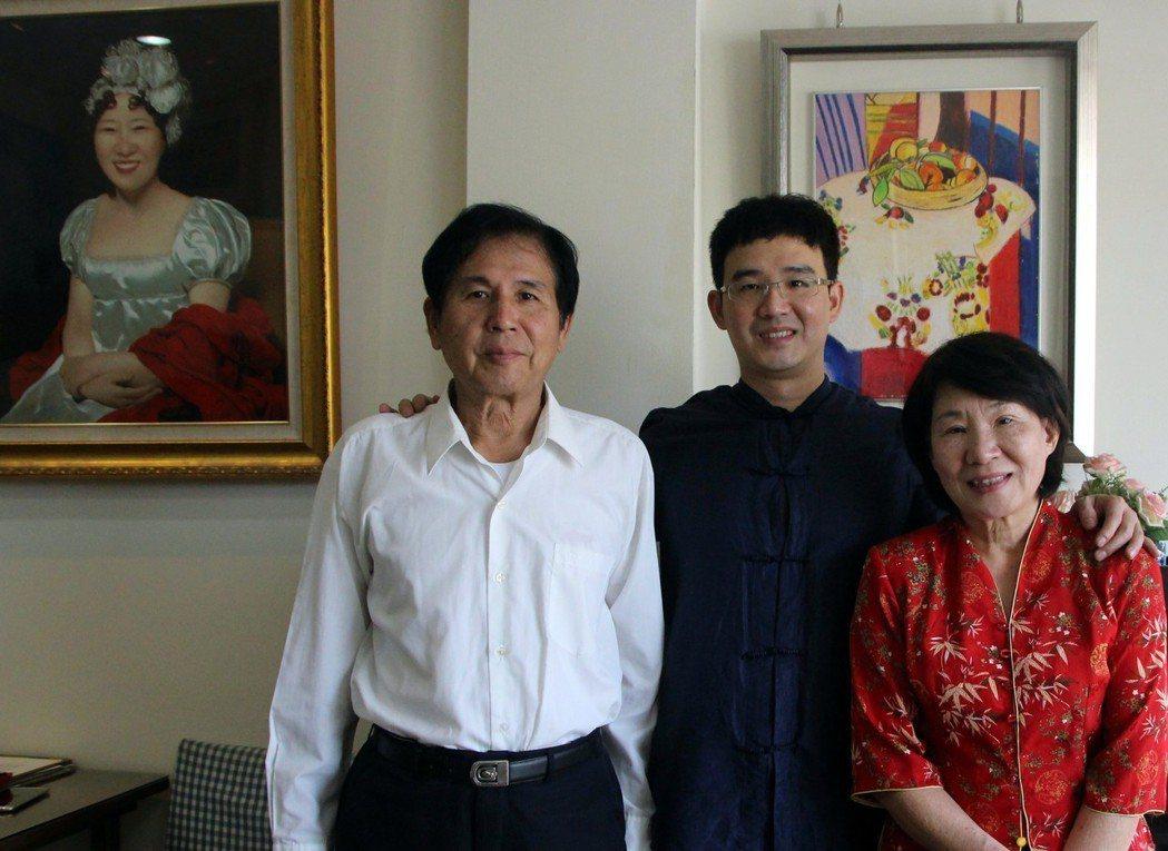 李鐸(中)靠著繪畫翻轉人生,父母給予最大支持。 記者林敬家/攝影