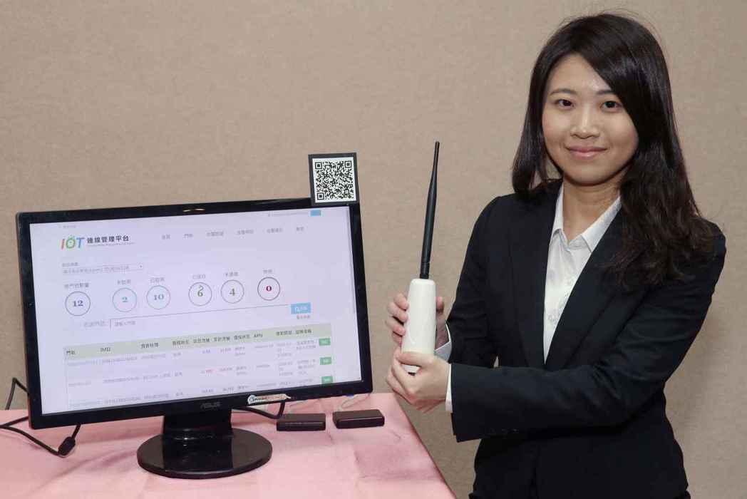 中華電信於「nb-iot商業應用論壇」展出溫濕度感測器,透過自主研發的行動物聯網...
