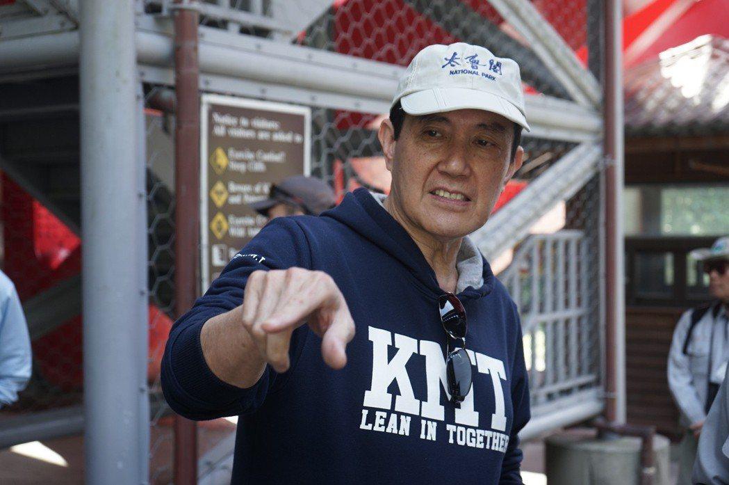 前總統馬英九到太魯閣參觀,帶動花蓮觀光,就是穿著KMT帽T。 圖/聯合報系資料照...