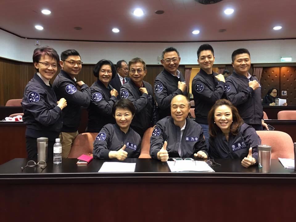 秋冬款KMT藍色飛行夾克,是國民黨立委許毓仁找朋友跨刀相助,設計臂章的圖樣。 圖...