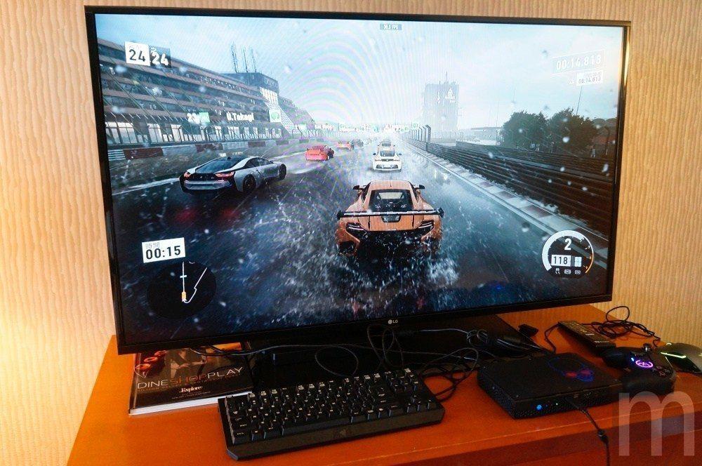 直接用「Hades Canyon」遊玩微軟《Forza 7》依然有相當流暢操作體...