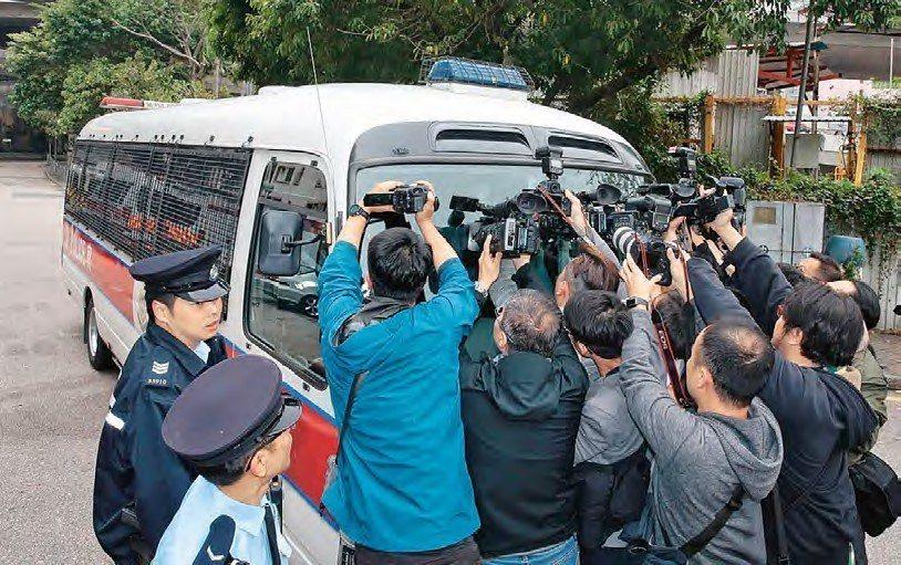 凶殺案被告陳同佳由囚車押送 到觀塘法院時被大批記者包圍。 (圖:香港01 羅君豪...