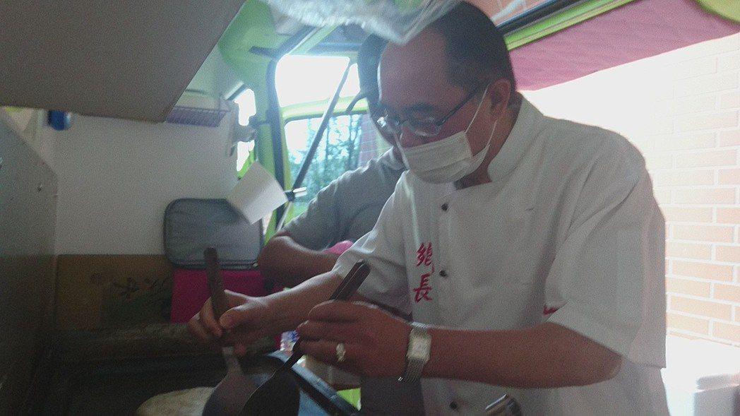 宜蘭縣員山鄉長江永和兌現承諾,今天煮早餐給清潔隊員吃。記者羅建旺/攝影