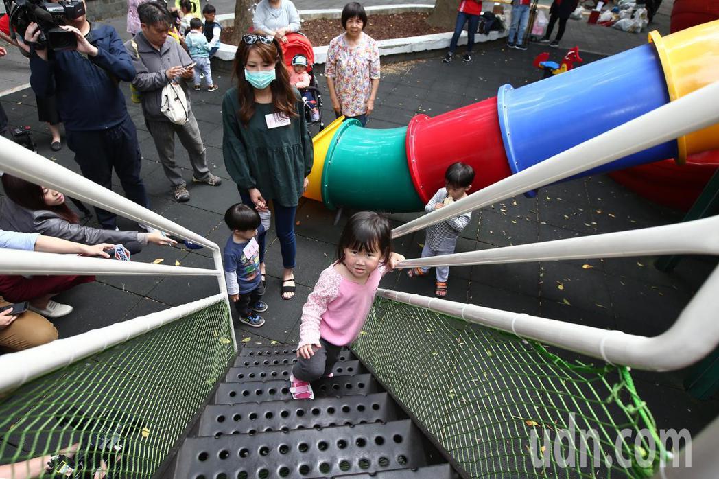 娟兒童安全文教基金會上午舉行「兒童遊戲權淪口號 6歲以下幼兒無處玩」記者會,批評...