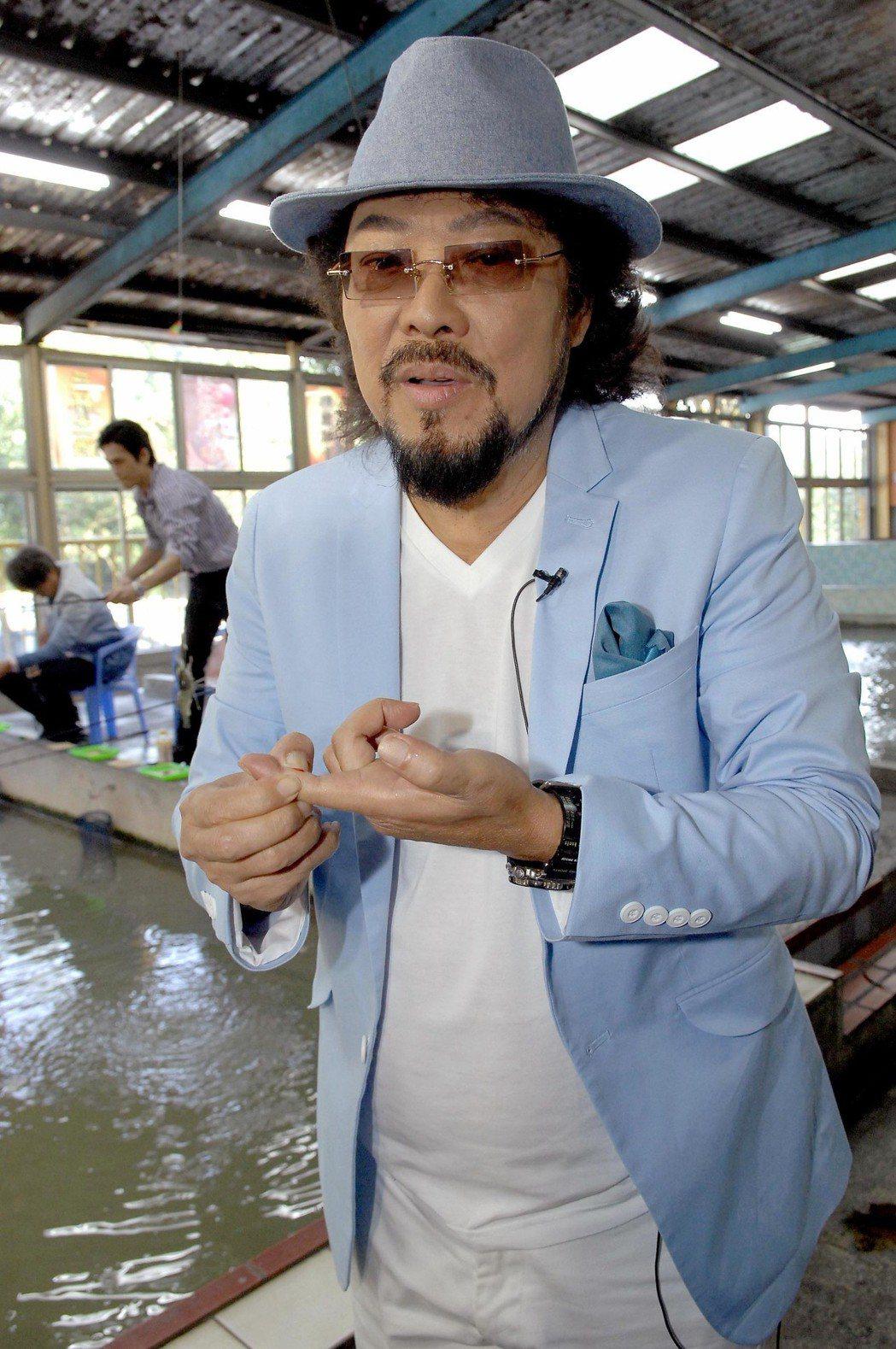 張菲不慎被泰國蝦螯咬上手指,當場濺血中斷錄影。圖/華視提供