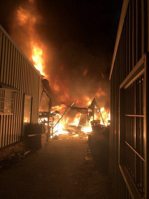 高雄市路竹區大勇路一處堆滿雜物的平房起火燃燒,嚇醒鄰近住戶。記者徐白櫻/翻攝