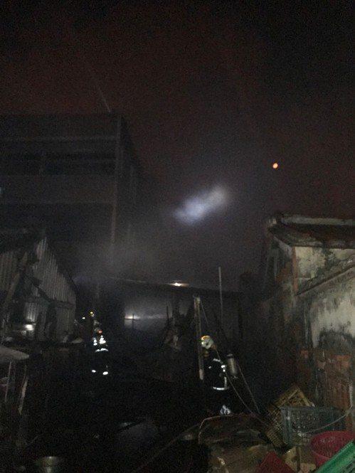 警消清理火場發現,大火燒毀汽、機車,所幸沒人員受困或受傷。記者徐白櫻/翻攝