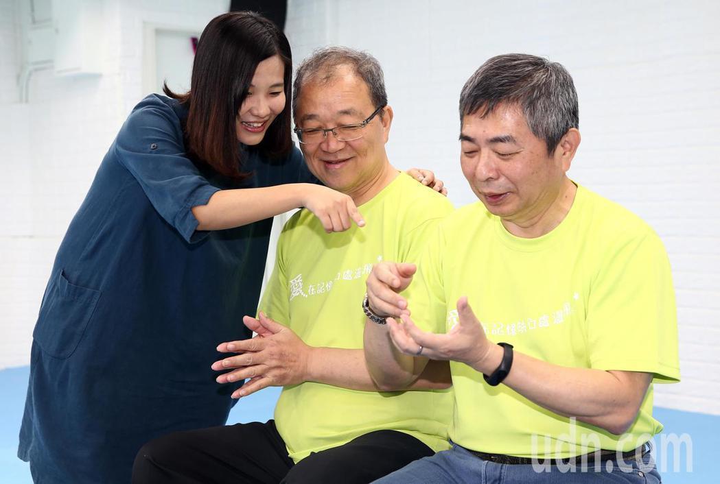 台灣失智症協會設立Young記憶會館,為年輕型失智症患者提供治療服務。治療師黃暐...